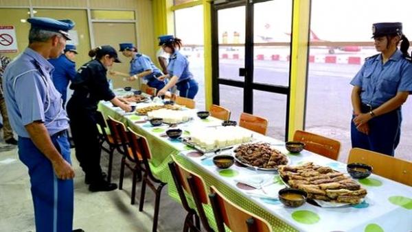 Aéroport d'Oran: table garnie à l'heure du f'tour pour les voyageurs rentrant au pays